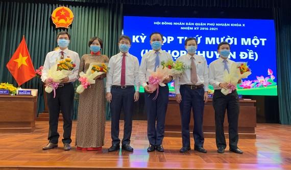 Đồng chí Phạm Hồng Sơn, Bí thư Quận ủy Phú Nhuận chúc mừng Chủ tịch và các Phó Chủ tịch UBND quận được bầu tại kỳ họp