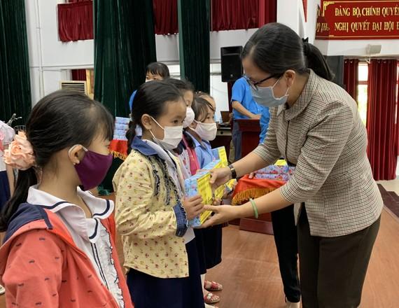 Con công nhân nhận học bổng Nguyễn Đức Cảnh do LĐLĐ quận 5 trao tặng