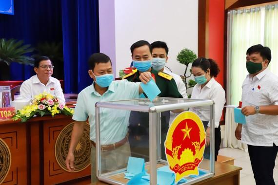 Các đại biểu HĐND quận 4 bầu cử chức danh Chủ tịch UBND quận