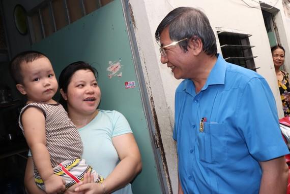 Lãnh đạo Tổng LĐLĐ Việt Nam thăm hỏi công nhân ở trọ trên địa bàn TPHCM