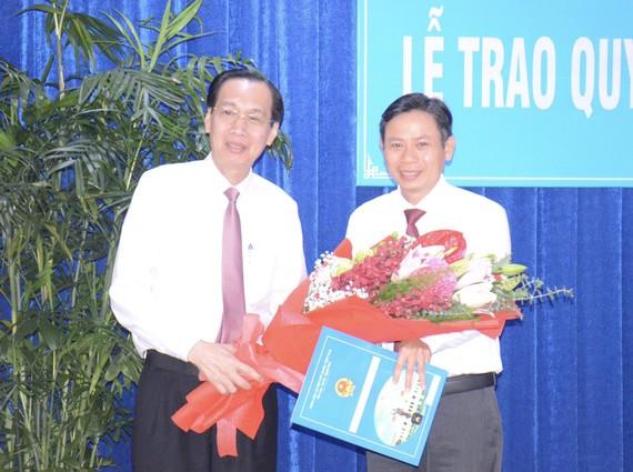 Đồng chí Lê Thanh Liêm, Phó Chủ tịch Thường trực UBND TPHCM trao quyết định cho đồng chí Lê Văn Chiến