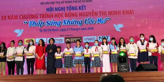 Đồng chí Tô Thị Bích Châu, Chủ tịch Ủy ban MTTQ Việt Nam TPHCM, trao tặng học bổng Nguyễn Thị Minh Khai cho các nữ sinh