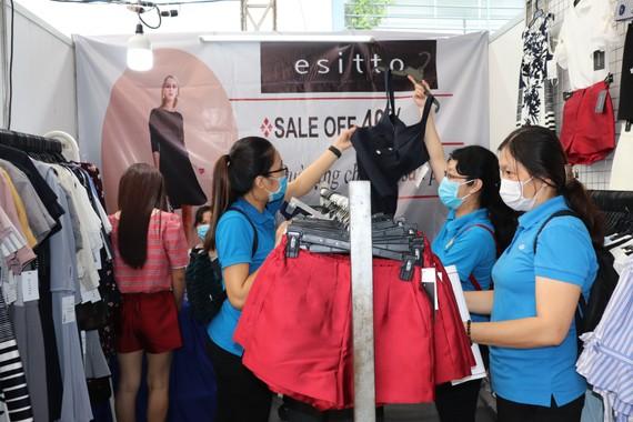 Người lao động tham quan, mua sắm hàng hoá giảm giá đến 50%