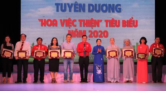 """Nguyên Phó Bí thư Thành ủy TPHCM Võ Thị Dung tuyên dương những điển hình """"Hoa việc thiện"""""""