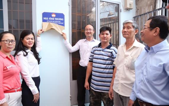 Niềm vui của gia đình ông Trần Quốc Hưng khi nhận căn nhà mới