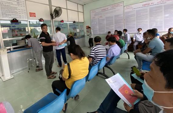 Người dân thực hiện đăng ký, đổi biển số xe