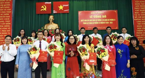 Đồng chí Thái Thị Bích Liên, Bí thư Quận ủy Quận 4 trao quyết định thành lập Đảng bộ phường 13, sáng 18-1-2021