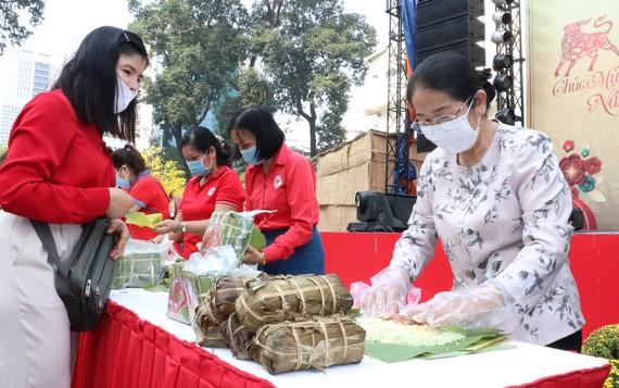 Gói bánh tét, bánh chưng tặng công nhân tại các khu nhà trọ