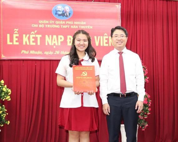 Bí thư Quận ủy quận Phú Nhuận Phạm Hồng Sơn trao quyết định kết nạp Đảng cho đồng chí Nguyễn Ngọc Tường
