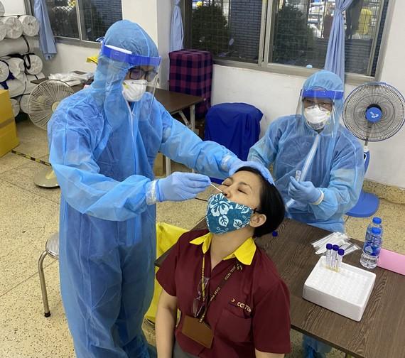 Công nhân tại KCX Tân Thuận được lấy mẫu xét nghiệm Covid-19 vào chiều 2-6