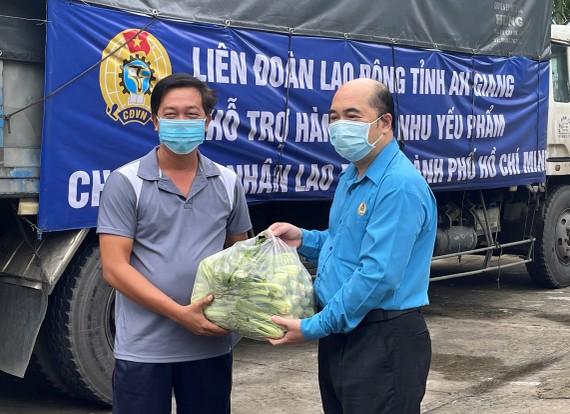Phó chủ tịch LĐLĐ TPHCM Hồ Xuân Lâm trao quà từ tỉnh An Giang đến các công đoàn cơ sở để tặng công nhân lao động