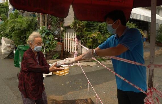 Cá tươi do người dân tỉnh Quảng Bình gửi tặng đã đến tay người lao động trong khu phong tỏa tại TPHCM
