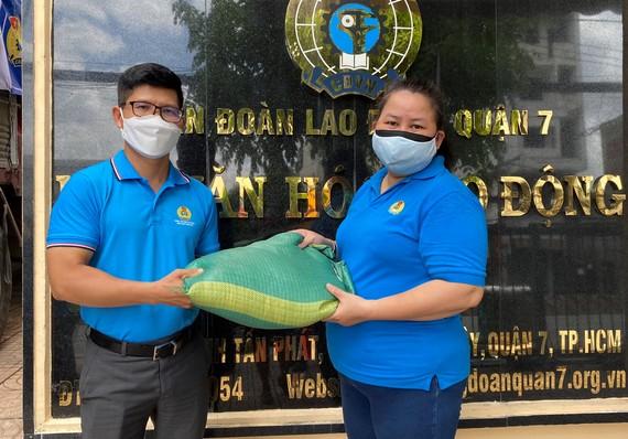 Đại diện Liên đoàn Lao động TPHCM tiếp nhận gạo từ tỉnh Trà Vinh trao tặng
