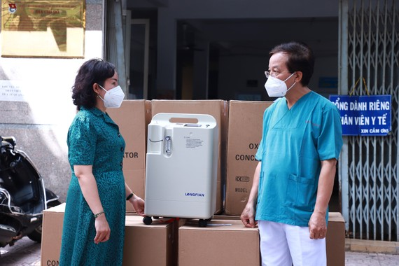 Bệnh viện quận 4 tiếp nhận máy tạo oxy từ Công ty TNHH MTV Dược Sài Gòn
