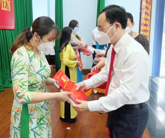 Bí thư Thành ủy TP Thủ Đức Nguyễn Văn Hiếu trao quyết định kết nạp đảng đảng viên mới
