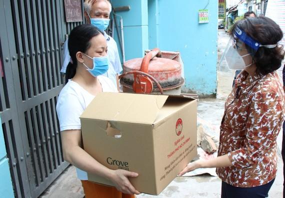 Bà Tô Thị Bích Châu tặng quà công nhân, lao động tự do ở quận 12