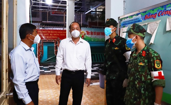Phó Bí thư Thành ủy TPHCM Nguyễn Hồ Hải trao đổi với Ban Chỉ huy Quân sự quận 4 về công tác phối hợp chăm lo người dân