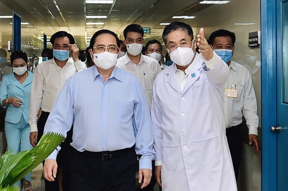 Thủ tướng Phạm Minh Chính đến thăm, làm việc, kiểm tra công tác khám, chữa bệnh và phương án kiểm soát dịch Covid-19 của Bệnh viện Đại học Y Dược TPHCM, chiều 13-5-2021. Ảnh: VIẾT CHUNG