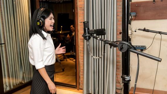 Phương Thanh trong phòng thu album chất lượng Hi-end độc đáo. Ảnh: LÊ HUY