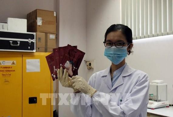 Đại diện nhóm nghiên cứu giới thiệu về sản phẩm mặt nạ Trio Re Bio-cellulose. Ảnh: TTXVN