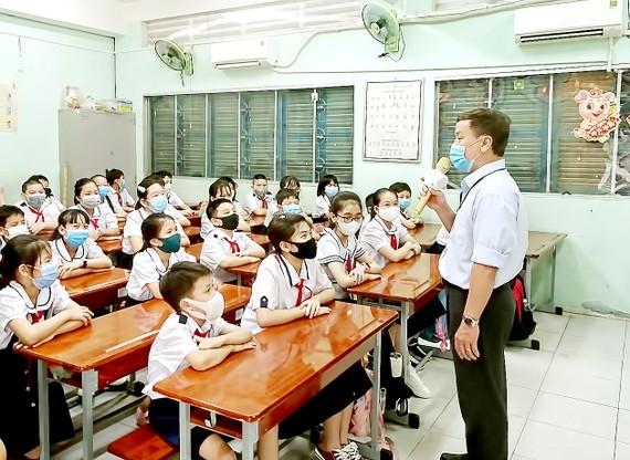 Thầy trò Trường Tiểu học Nguyễn Thị Minh Khai (quận Gò Vấp, TPHCM) trong một giờ lên lớp vào giữa tháng 4-2021. Ảnh: MINH QUÂN