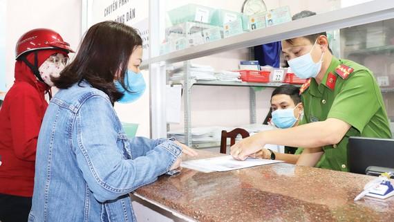 Người dân được trả thẻ CCCD gắn chip tại Công an quận Bình Thạnh, TPHCM. Ảnh: THÁI PHƯƠNG
