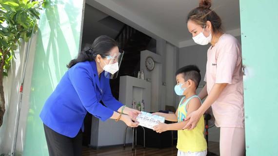Đồng chí Nguyễn Thị Lệ, Chủ tịch HĐND TPHCM thăm và tặng quà khu nhà trọ công nhân thuộc vùng xanh ấp Cây Sộp (xã Tân An Hội, huyện Củ Chi). Ảnh: DŨNG PHƯƠNG
