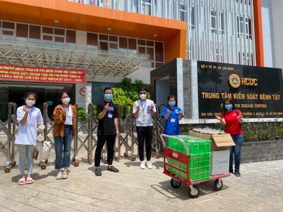 """Đúng 11 giờ trưa và 5 giờ chiều, các """"suất ăn tử tế"""" được mang đến HCDC cho các tình nguyện viên. Ảnh: Thành Đoàn TPHCM"""