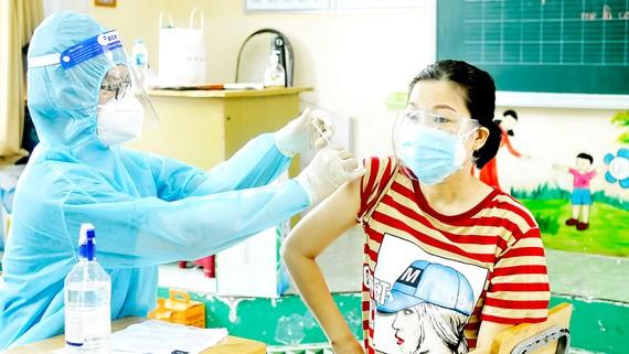 Tiêm vaccine Covid-19 cho người dân TPHCM vào sáng 6-10. Ảnh: CAO THĂNG