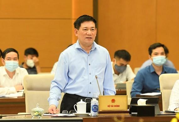 Bộ trưởng Bộ Tài chính Hồ Đức Phớc báo cáo tại phiên họp