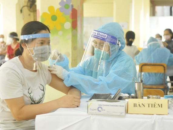 Tiêm vaccine Covid-19 tại quận 11, TPHCM. Ảnh: CAO THĂNG