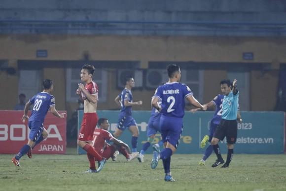 Trọng tài Trương Hồng Vũ 'tỏa sáng' trên sân Hàng Đẫy ảnh 3