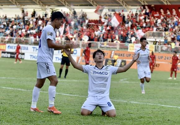 Minh Vương tỏa sáng với 3 bàn thắng cho HA.GL. Ảnh: ANH TIẾN