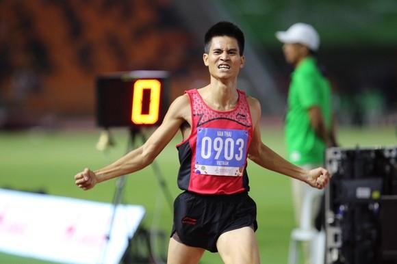 Chạy nhanh hơn đối thủ 0,1% giây, Lê Tú Chinh đoạt HCV 100m nữ ảnh 1