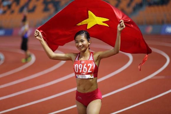 Chạy nhanh hơn đối thủ 0,1% giây, Lê Tú Chinh đoạt HCV 100m nữ ảnh 2