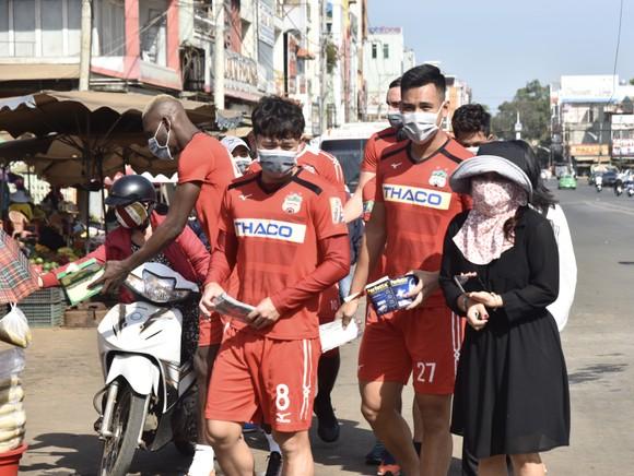 Cầu thủ HAGL nhiệt tình phát khẩu trang y tế cho người dân phố núi ảnh 5