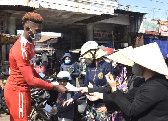 Cầu thủ HAGL nhiệt tình phát khẩu trang y tế cho người dân phố núi ảnh 4
