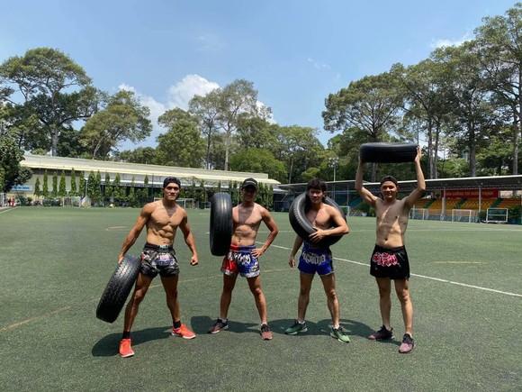 Võ sĩ Nguyễn Trần Duy Nhất cùng đồng nghiệp tập luyện tại sân Tao Đàn. Ảnh: DŨNG PHƯƠNG