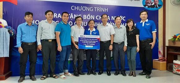 Tặng 13.300 bồn chứa nước và 39 máy lọc nước cho người nghèo tại Đồng bằng Sông Cửu Long ảnh 1