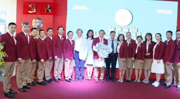 Ông Châu Vĩnh Huy (giữa) được bầu làm Chủ tịch Liên đoàn Thể dục nhiệm kỳ 2020-2025.