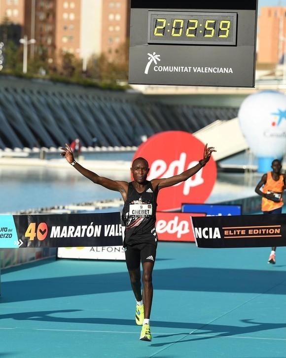 Kibiwott Kandie xuất sắc phá kỷ lục thế giới nội dung bán marathon ảnh 1