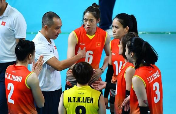 HLV Nguyễn Tuấn Kiệt dẫn dắt Đội tuyển bóng chuyền nữ thi đấu ấn tượng tại Asiad 2018.