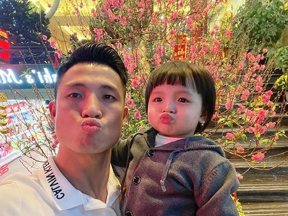 Quả bóng bạc Việt Nam 2020 Bùi Tiến Dũng hạnh phúc bên con trước thềm Xuân mới. Ảnh: facebook