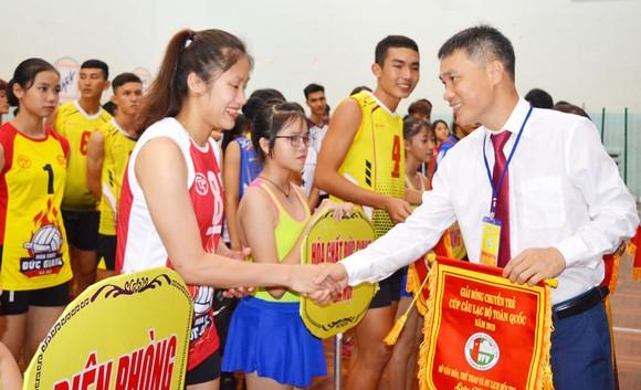 Ông Lê Trí Trường (phải, TTK Liên đoàn Bóng chuyền Việt Nam).