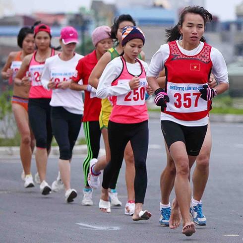 VĐV Phạm Thị Bình luôn thi đấu với đôi chân trần.