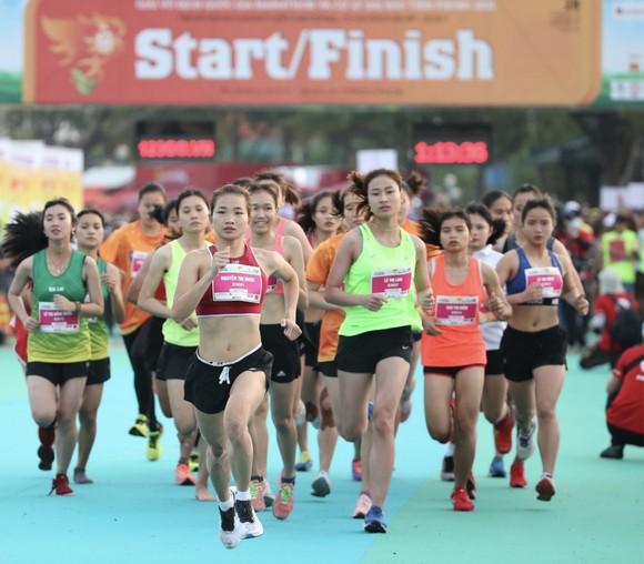 Nguyễn Thị Oanh thi đấu tại giải marathon.