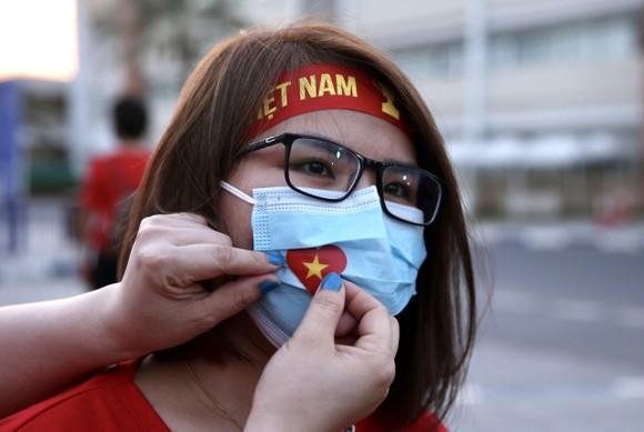 Cổ động viên Việt Nam đến sân Al-Marktoum cổ vũ đội tuyển ảnh 3