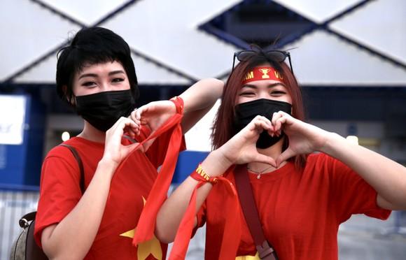 Cổ động viên Việt Nam đến sân Al-Marktoum cổ vũ đội tuyển ảnh 1