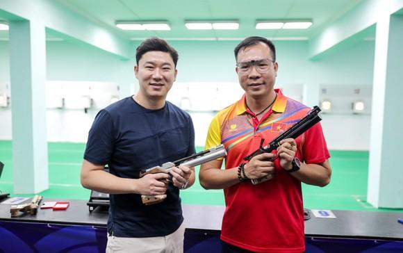 Xạ thủ Hoàng Xuân Vinh (phải).