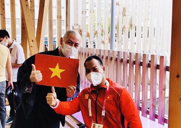 Lực sĩ Lê Văn Công (phải) sẽ bảo vệ ngôi vô địch hạng cân 49kg nam.